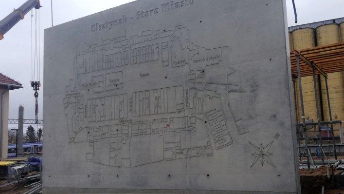 Reliefy na dworcu w Olsztynku