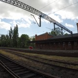 Stacja kolejowa w Świebodzicach - peron z widokiem na łuk trasy do Wałbrzycha